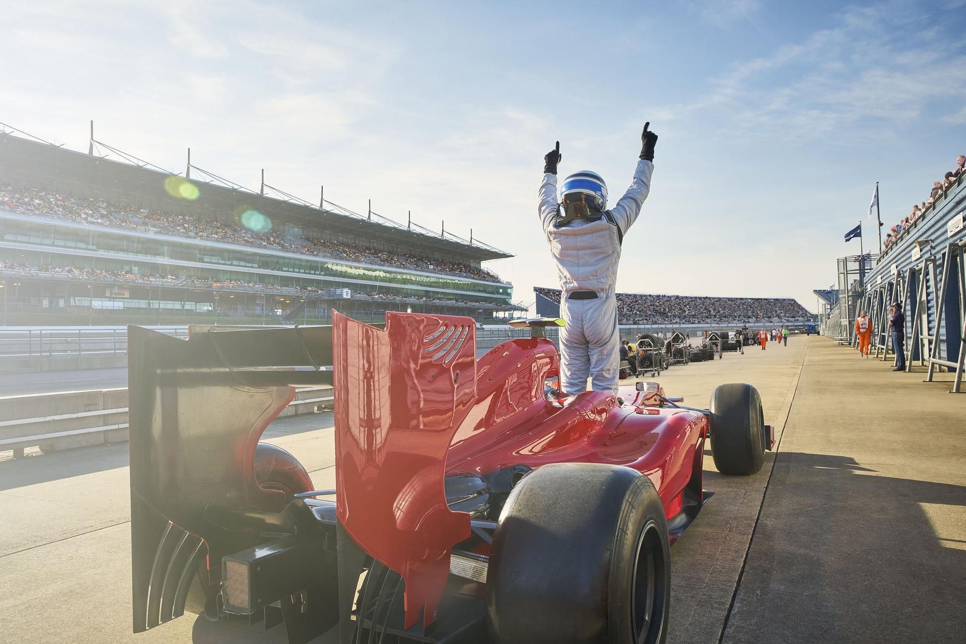 【関西・成田発】11 月27 日出発限定!迫力のレースを目の前で!メイングランドスタンドで観戦するアブダビF1グランプリツアー 3泊6日